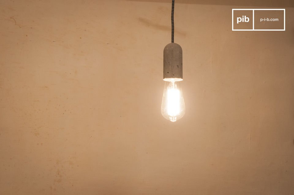 Die Leuchte NUD Zement kann alleine, einfach von der Decke hängend oder um einen Gegenstand umwickelt benutzt werden