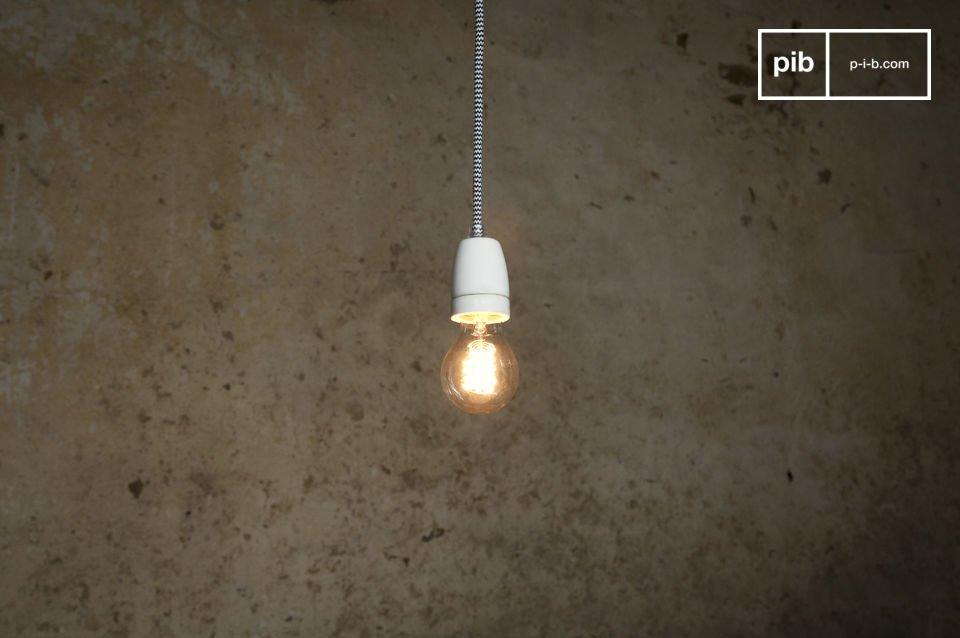 Die ausgesprochen trendige  Vintage Leuchte  NUD präsentiert sich mit ihrem langen Kabel im