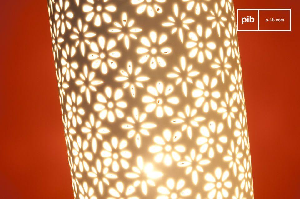 Die Tischleuchte Flowers besticht durch ihr weißes skandinavisches Design und das leicht