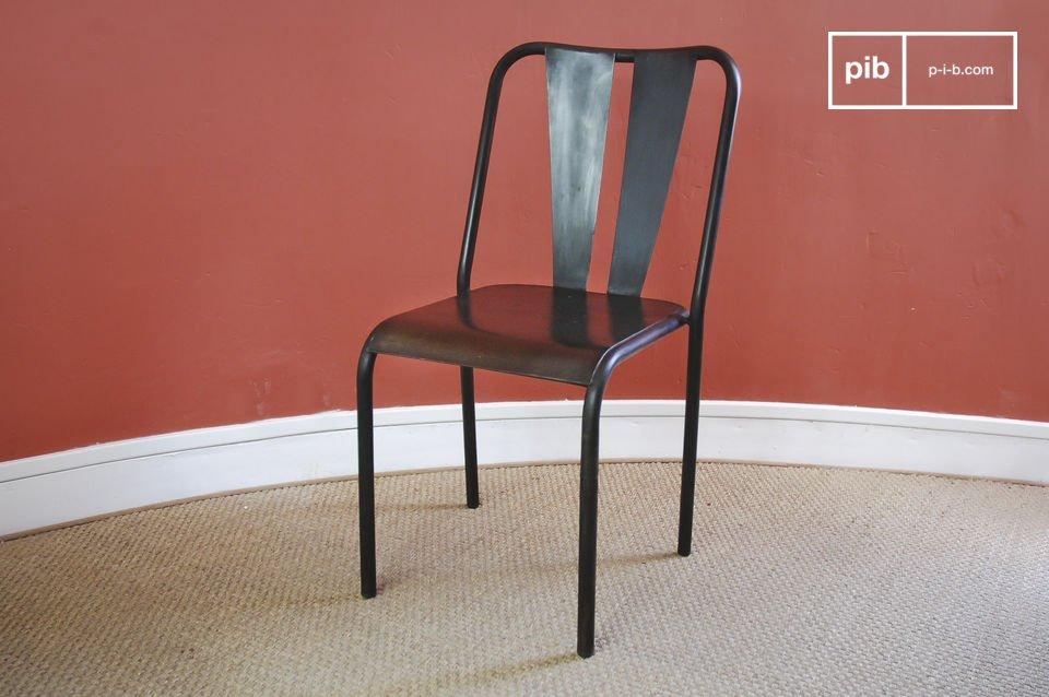 Dieser handlackierte  Vintage-Stuhl  aus Metall hat einen leichten Used-Effekt für einen resolut