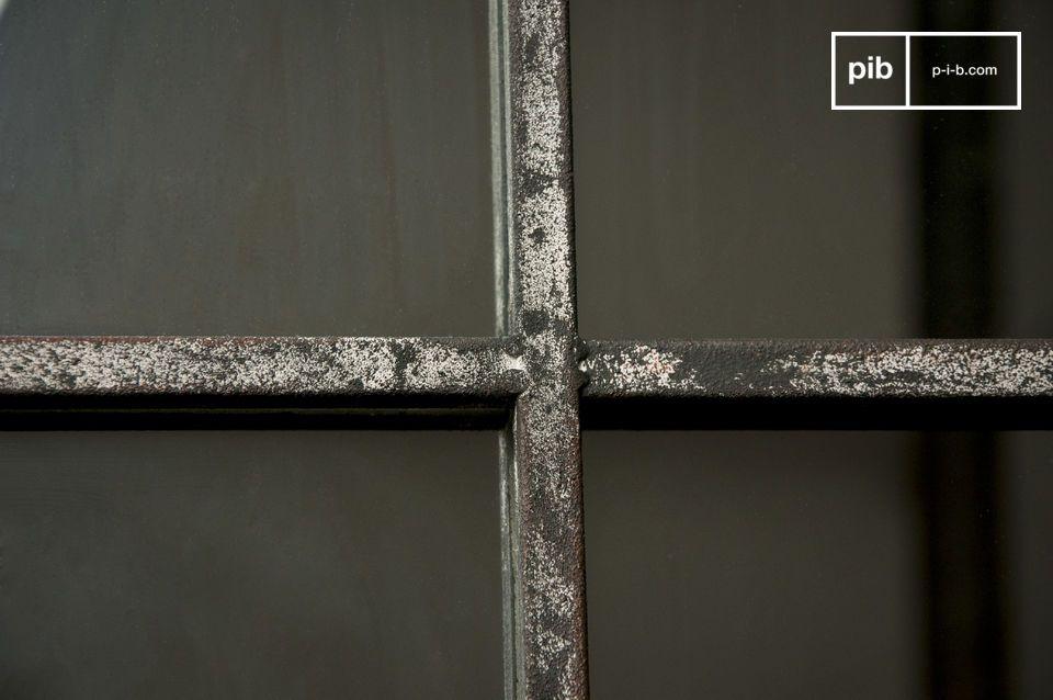 Das Design erinnert an alte Werkstattfenster und wird durch eine leichte weiße Patina auf