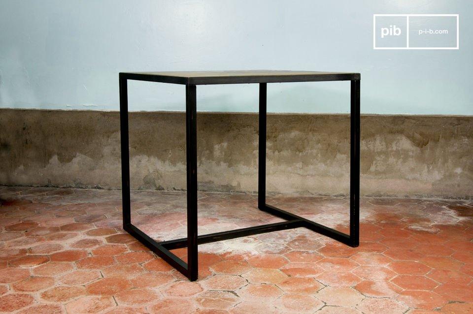 Klare Linien für diesen Tisch aus Ulmenholz und Metall