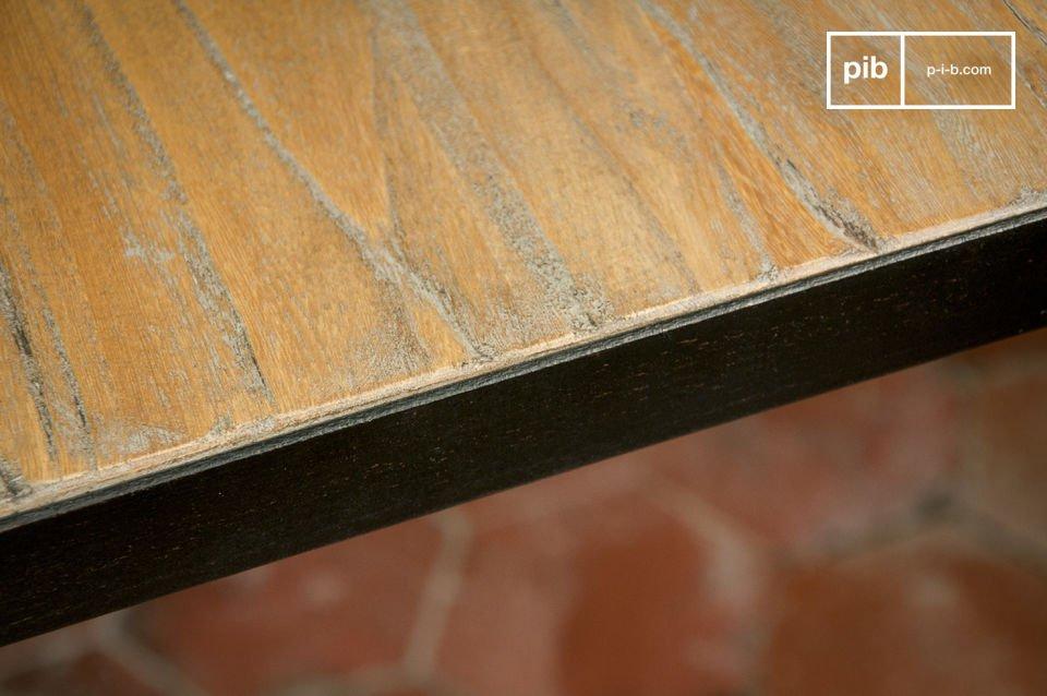 Die leicht unregelmäßige Platte aus gerilltem Ulmenholz verleiht dem Tisch einen urigen