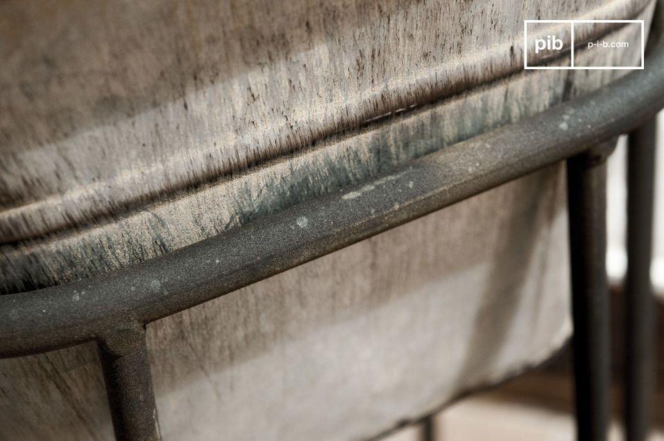 Diese verzinkte Stahltopfabdeckung spielt mit dem Stilmix