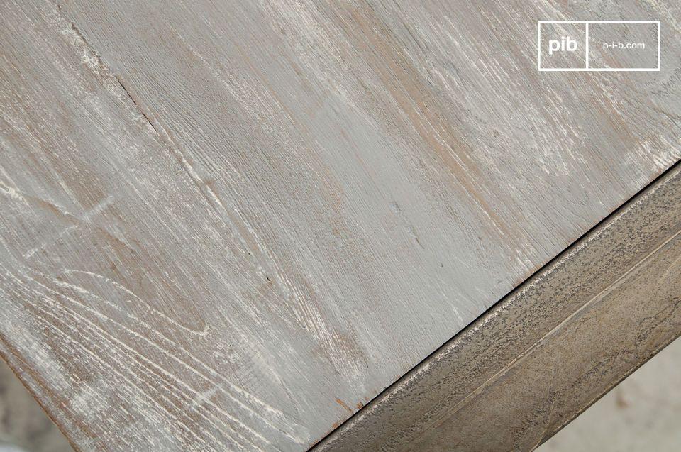 Eine feine Mischung aus Teak und Eisen ermöglicht diesem Esstisch in einer modernen