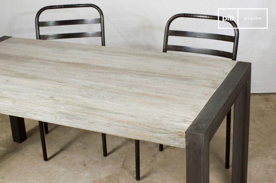 Seine dicke Tischplatte und seine Metallfüße zeigen ein robustes Modell
