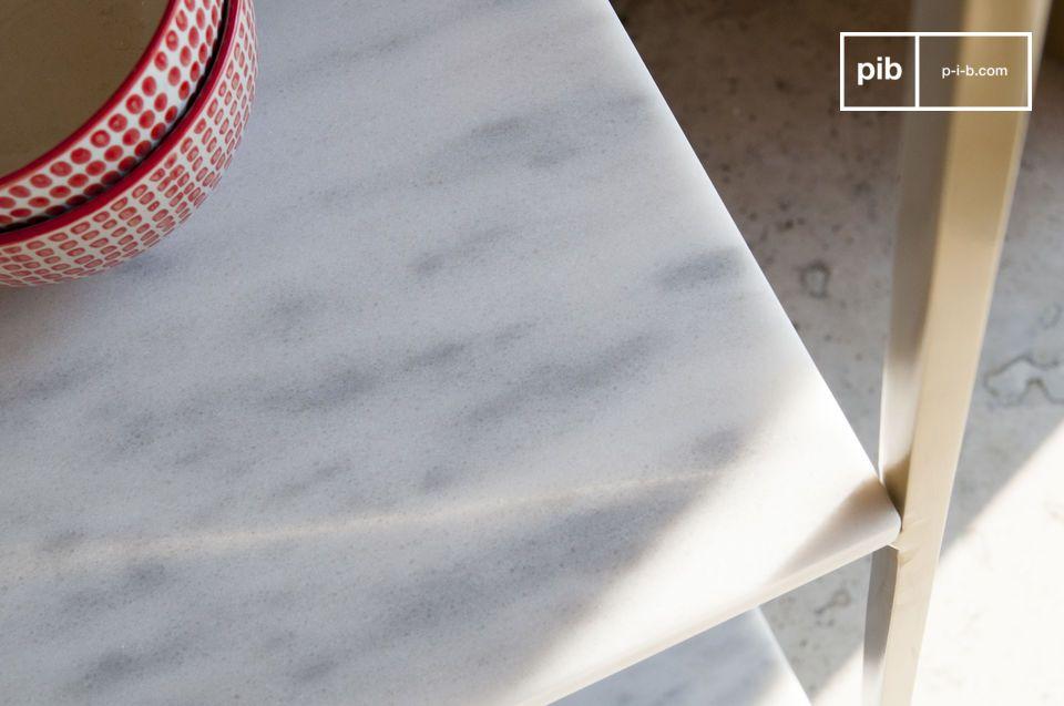 Seine Oberflächen sind raffiniert: Der Marmor ist fein geädert mit Grau und mit einem Lack
