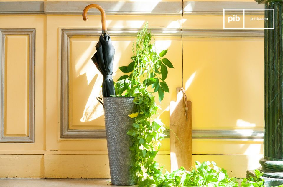 Der Regenschirmbehälter Pelen ist vollständig aus Metall gefertigt