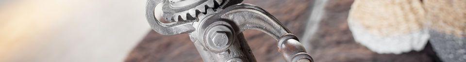 Materialbeschreibung Regulierbarer Bistrotisch aus Teakholz Salvage