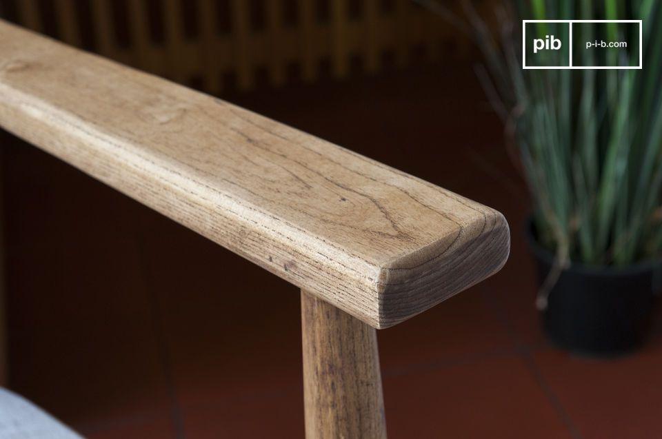 Ein Stuhl mit geraden Linien welches auf einem symmetrischen und regelmäßigen Design basiert und