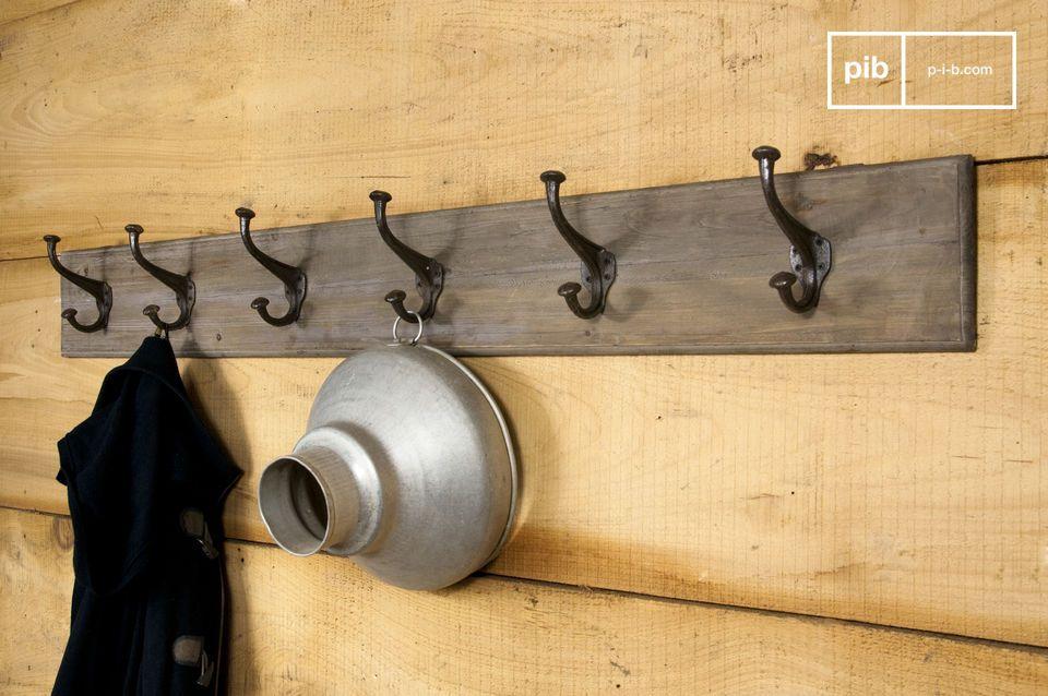 Auf diese sechs Doppelhaken aus Stahl können Sie dank ihrer Robustheit alle Ihre Mäntel aufhängen, sogar die schwersten