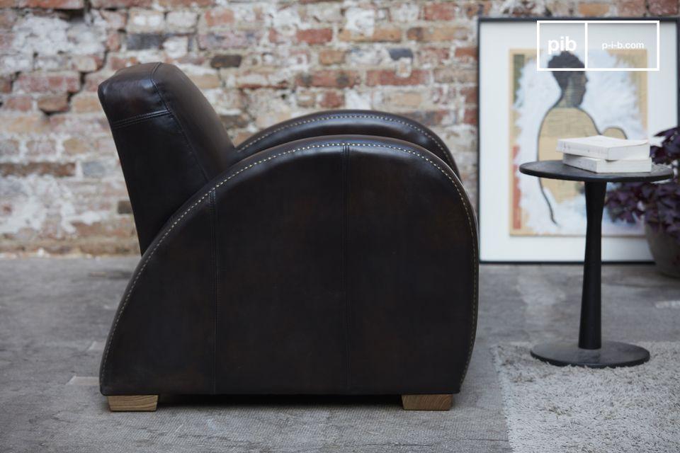 Der Rockefeller Espresso-Stuhl hebt sich durch sein geradliniges Design von vorne und dem Kontrast