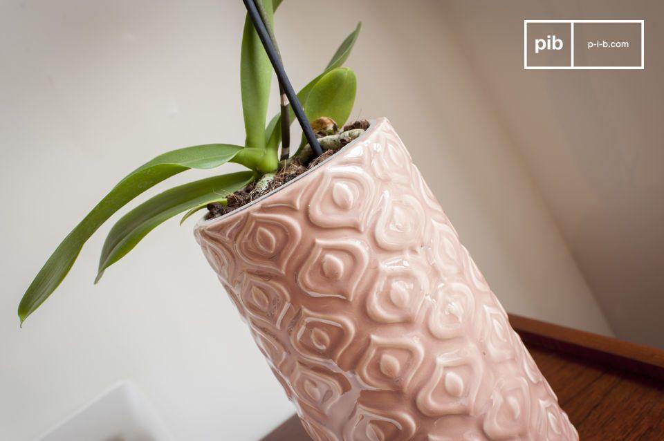 Eine rosa Keramikvase im Vintage-Stil voller Süße.