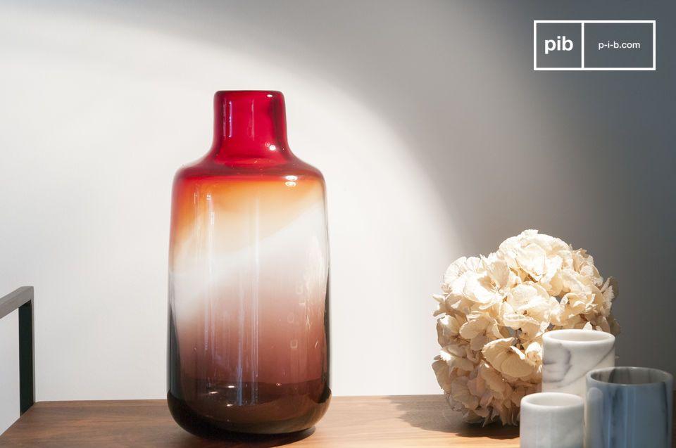 Die rote Glasvase Bobby ist eine runde Vase dessen Linie eine gewisse Eleganz aufweist