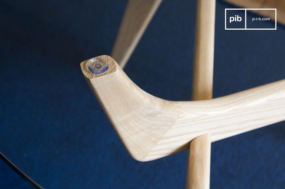 Zwischen der Transparenz des Glases und der Weichheit des hellen Holzes ist der runde Tisch Parkano