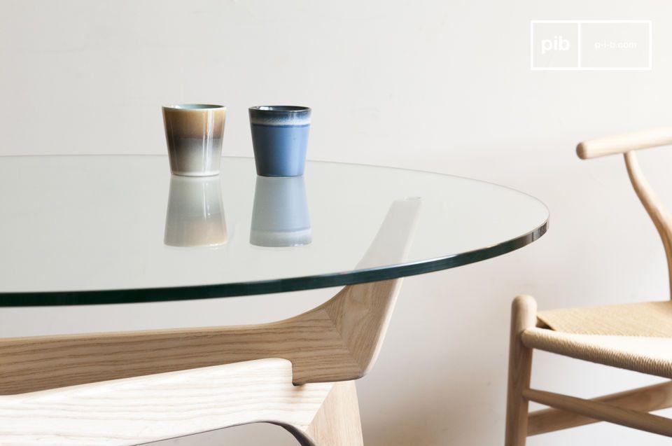Mit drei Beinen aus massivem Eschenholz weist der untere Teil des Tisches elegante Rundungen auf