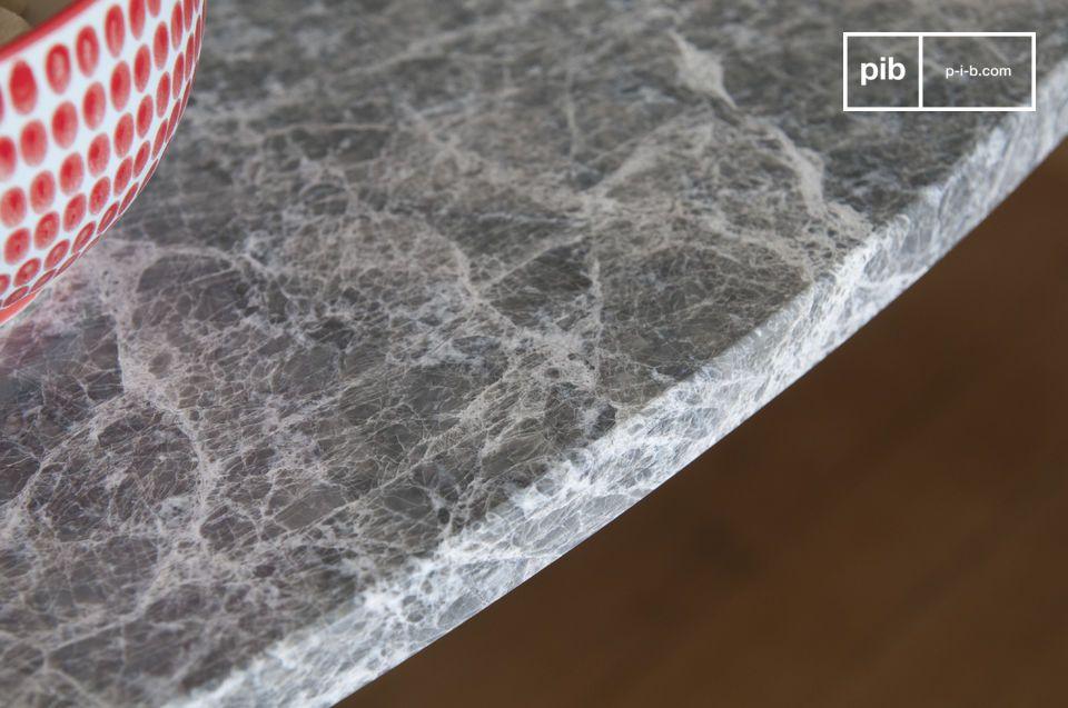Der Tisch ist sehr robust dank seiner Marmorplatte und dem einteiligen Metallboden