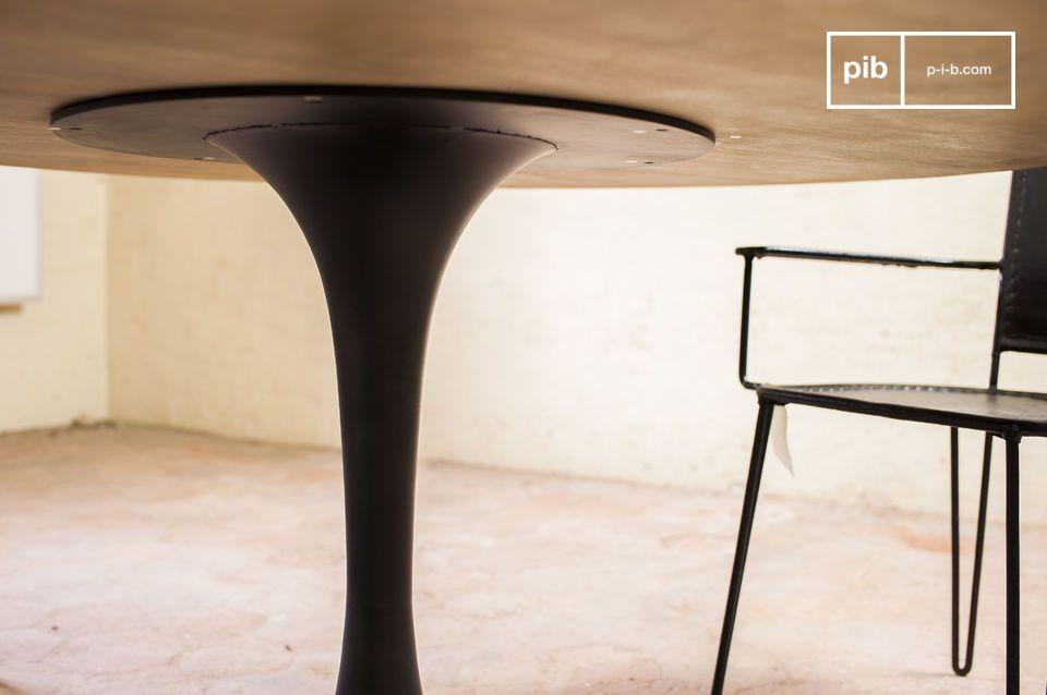 Diese außergewöhnliche Verarbeitung reicht bis zu den Füßen: Ein schwarzes Tischbein in