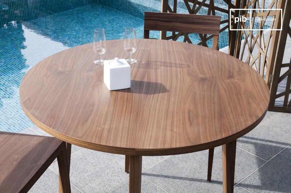 Geselligkeit eines runden Tisches und Eleganz massiven Nussholzes