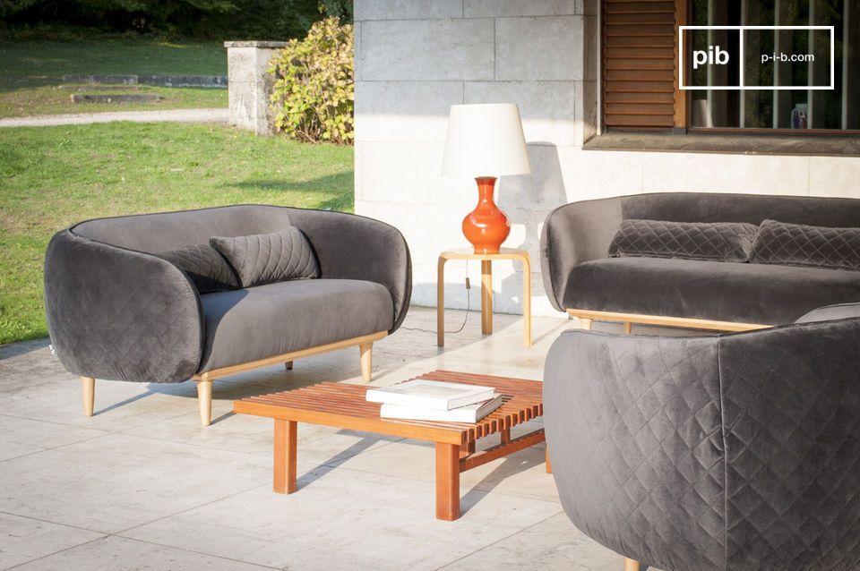 Dieses Sofa ist auf sehr hellen Füßen aus massiver Eiche montiert und bietet daher einen