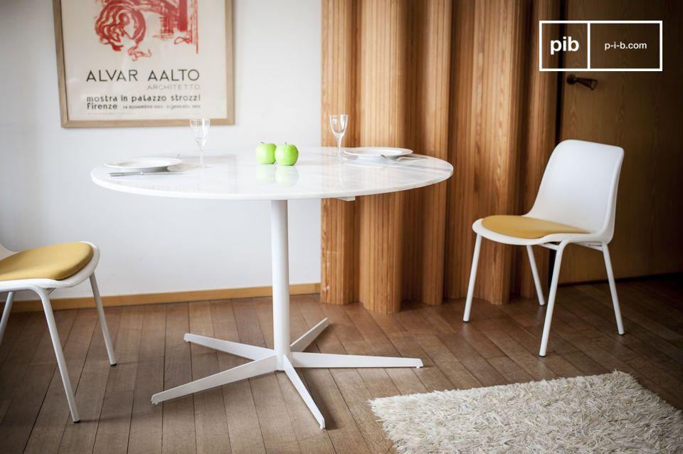 Die Weiße des Marmors zeigt sich an diesem zarten runden Tisch.