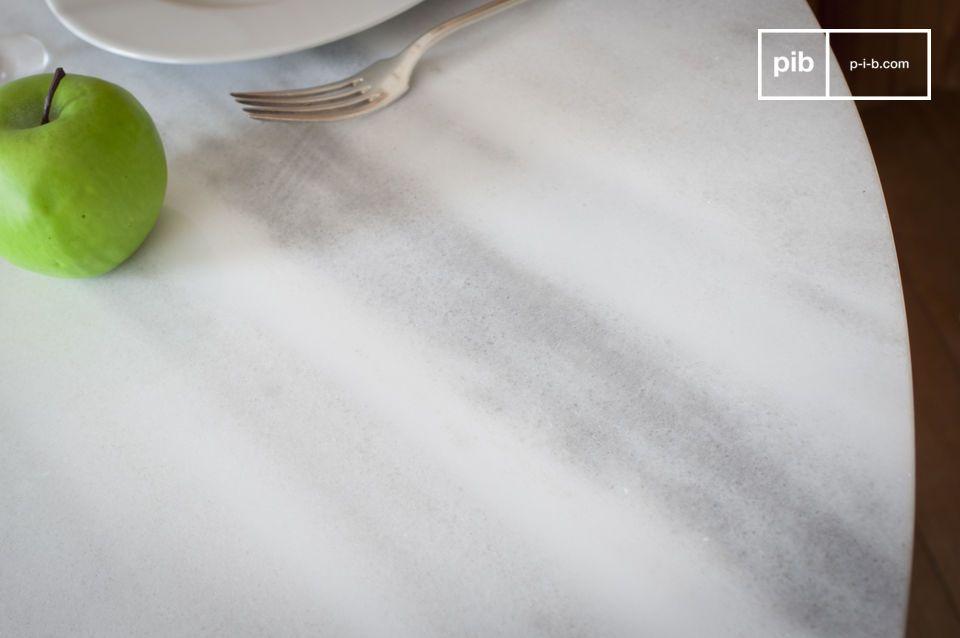 Seine weichen und leichten Linien machen den Rundtisch aus weißem Marmor Lemvig zu einem klaren und