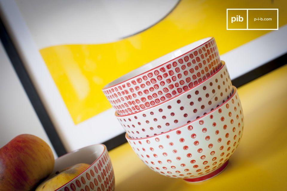 Diese Schalen mit roten Punkten haben einerseits den Charme handgefertigter Muster