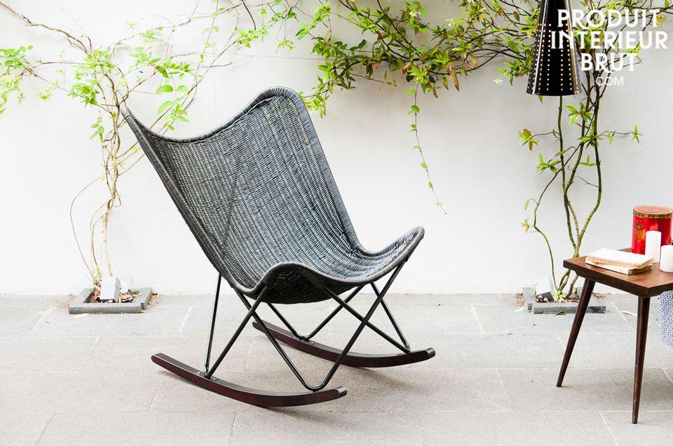 Der aus geflochtenen Weiden bestehender schwarzer Sitz dieses Schaukelsessels besitzt die typischen