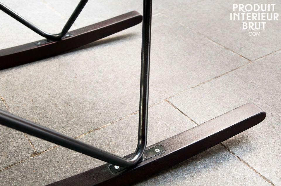 Der Sitz ruht auf einer metallischen Struktur, die die selbe schwarze Farbe besitzt