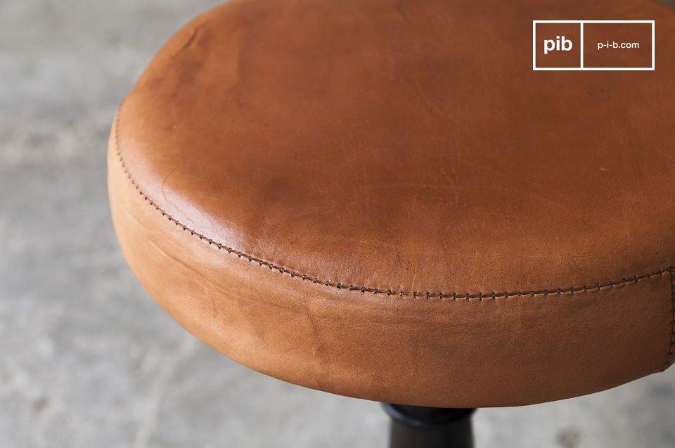 Dieser Hocker erinnert an die Sitzgelegenheiten alter Schneiderwerkstätten und verleiht Ihrem Raum