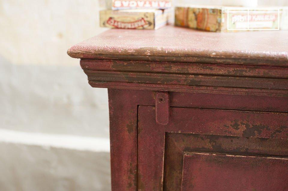 Dieses romantische Möbel besteht ganz aus massivem Mangoholz, eine Art die dicht und robust ist