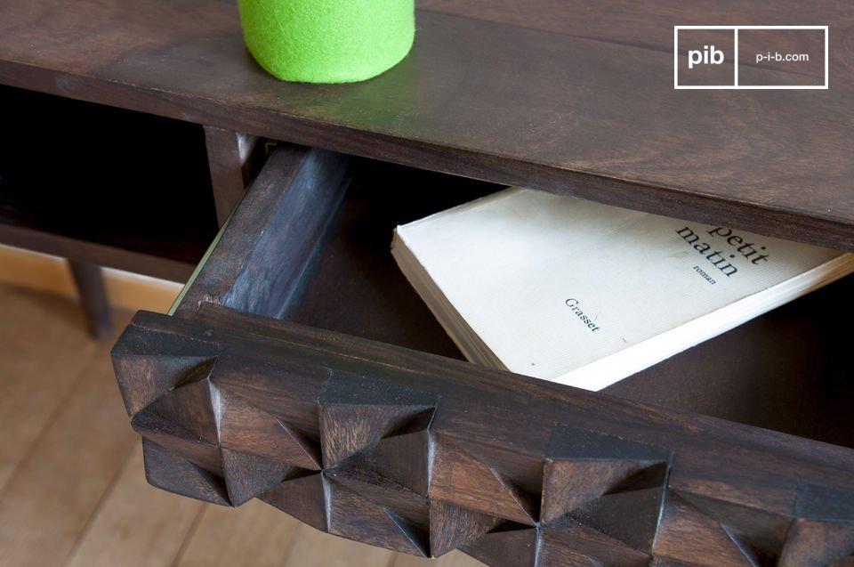 Der Schreibtisch Balkis vereint feine Holzbeine und eine Schublade mit geometrischen Reliefs und