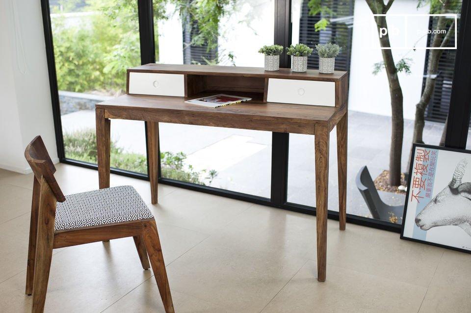 Ein schöner Schreibtisch mit einer skandinavischen Stilrichtung