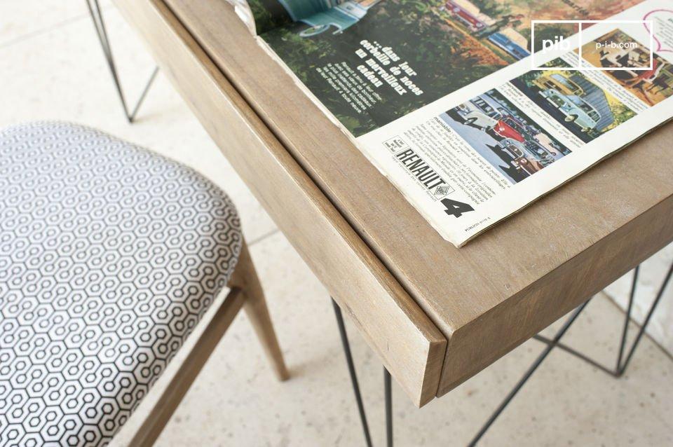 Die feinen Metallfüße des Schreibtisch Zürich weisen einen hervorragenden Kontrast zu dem hellen