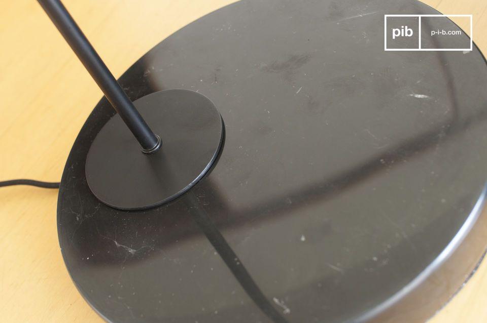 Die Mogens-Leuchte verbindet die Eleganz von schwarzem Marmor mit der Feinheit von lackiertem