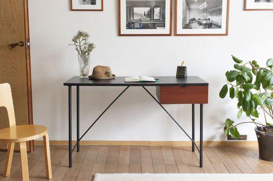Schwarzer Schreibtisch Kater Hinn