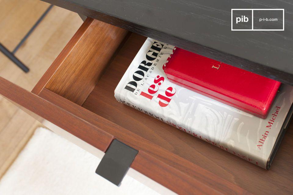 Der Schreibtisch ist um eine leicht strukturierte schwarze Holzplatte