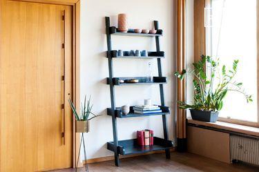 Schwarzes Bücherregal aus Holz im Großformat