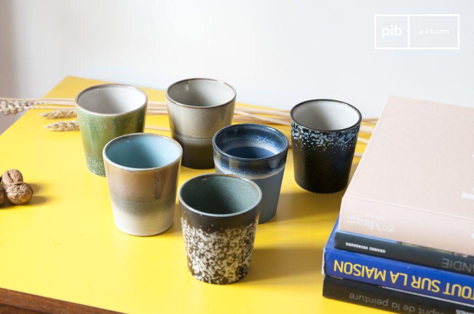 Ein Set aus 6 Keramiktassen, das sich auf seinen Stil aus den 1970er Jahren bezieht