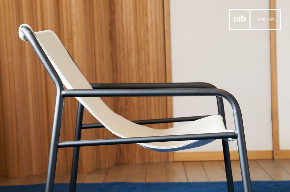 Der Sessel der Côte d\'Azur ist mit seinen geraden Linien sehr leicht und hat einen dicken