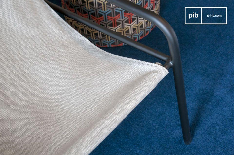 Dieser Sessel wird durch Nieten auf einer mattschwarzen Rohrstruktur befestigt