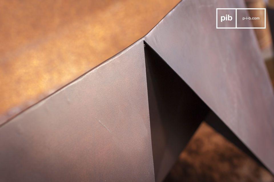 Seine geraden Linien und seine matte Oberfläche machen ihn zu einem perfekten Stuhl für ein
