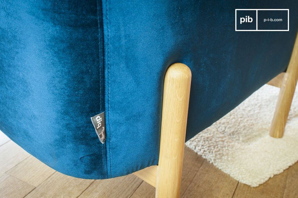 Die Form des Sessels Viela ist sehr großzügig und der tiefblaue Samtbezug bringt Farbe in Ihr