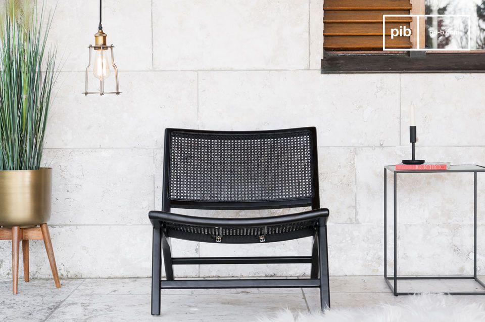 Ein Rohrholz-Sessel, mit einem schlichten und eleganten Aussehen.