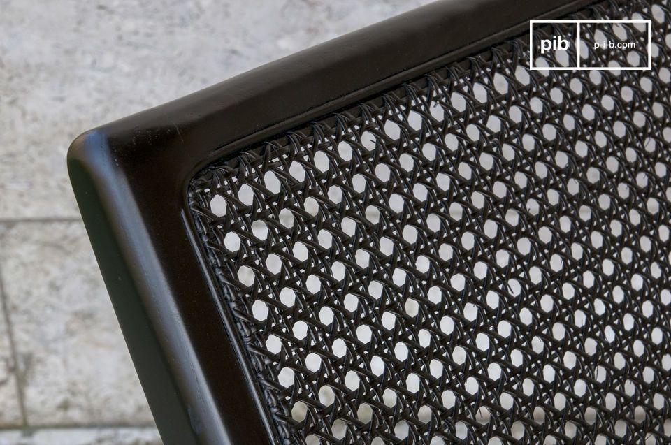 Mit seinen schlichten Linien und seiner intensiven schwarzen Farbe bringt dieser Rohrstuhl einen
