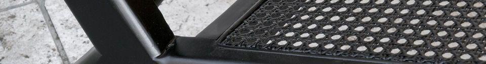 Materialbeschreibung Sessel aus schwarzem, gepolstertem Rohrholz