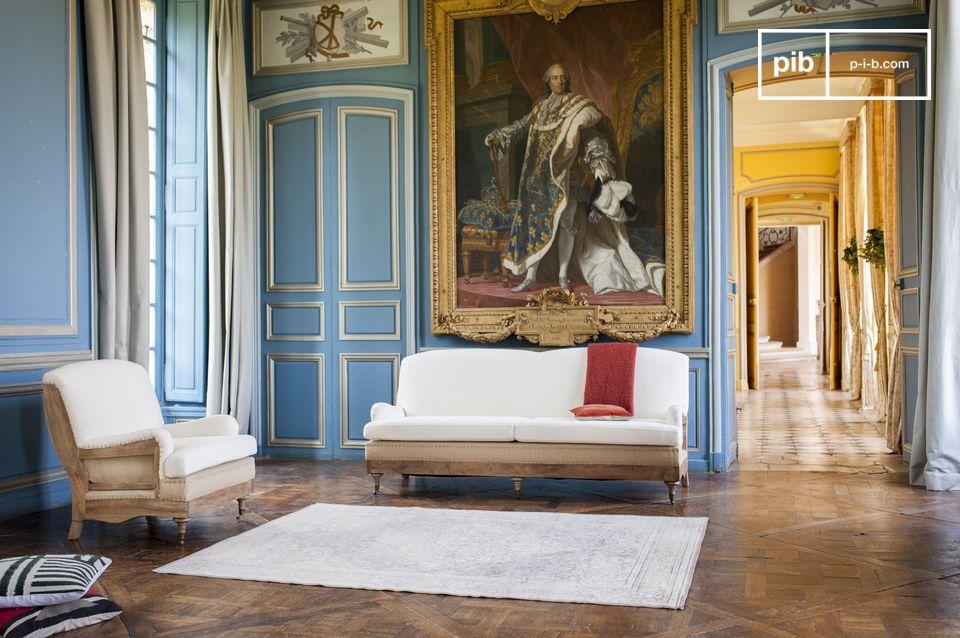 Ein Sessel mit einem charmanten antiken Massivholzrahmen