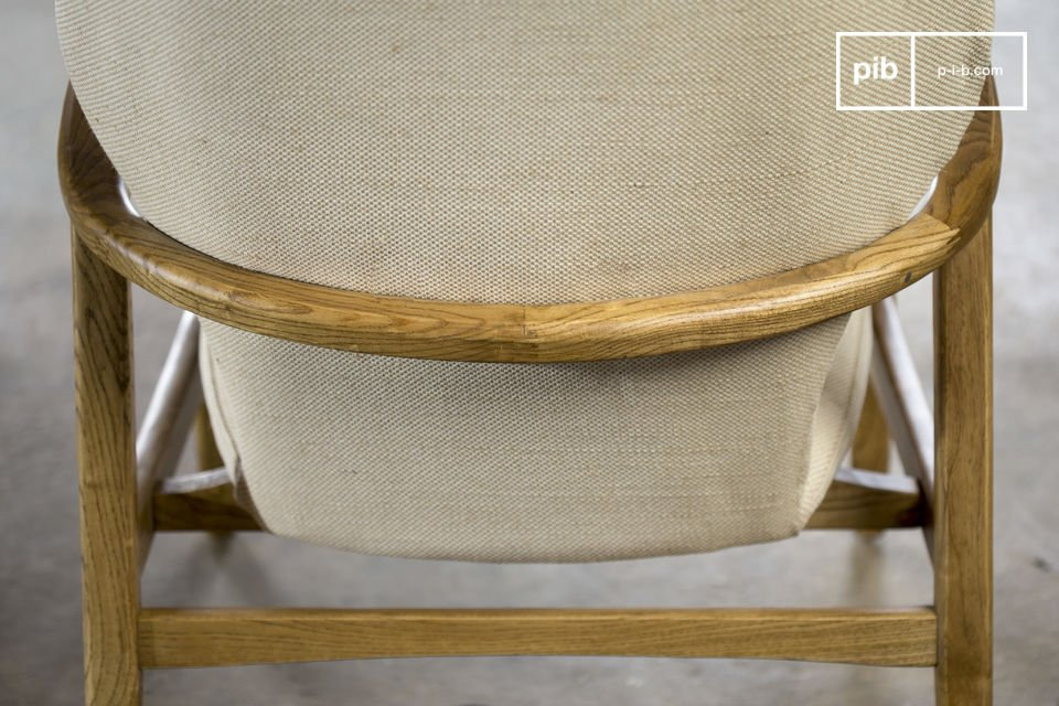 Das Gerüst des Stuhls ist aus massivem Ulmenholz