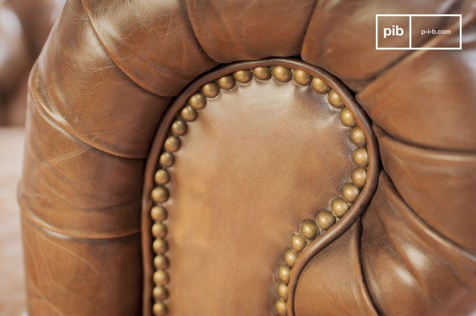 Das Leder wurde bei Hand gegerbt um den vintage Look zu verstärken und somit dem Sessel einen noch