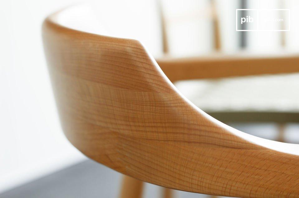 Zur Gänze aus Eschenholz gefertigt mit grazilen Linien und einem besonders gepflegtem Finish